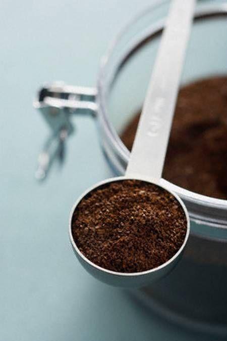 Il caffè, ecco un ingrediente che può essere utilizzato non soltanto per la preparazione della ben nota bevanda, ma anche per la realizzazione di cosmetici naturali fai-da-te. I cosmetici naturali fatti in casa ci permettono di conoscere alla perfezione la composizione dei prodotti che decideremo di applicare sulla nostra pelle, ci garantiscono di risparmiare e di curare la nostra bellezza riducendo il nostro impatto ambientale e la quantità dei rifiuti prodotti, garantendo nello stesso ...