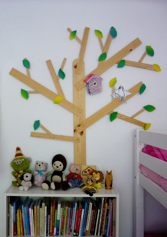 wall decor DIY: the tree is made of thin wooden boards