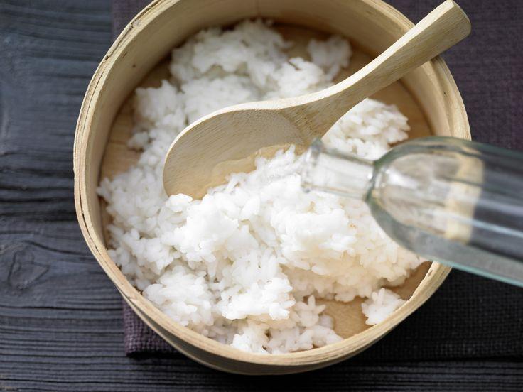 Der richtige Reis ist wichtig für gutes Sushi. Gekochter Sushi-Reis - (Grundrezept) - smarter - Kalorien: 159 Kcal - Zeit: 35 Min. | eatsmarter.de