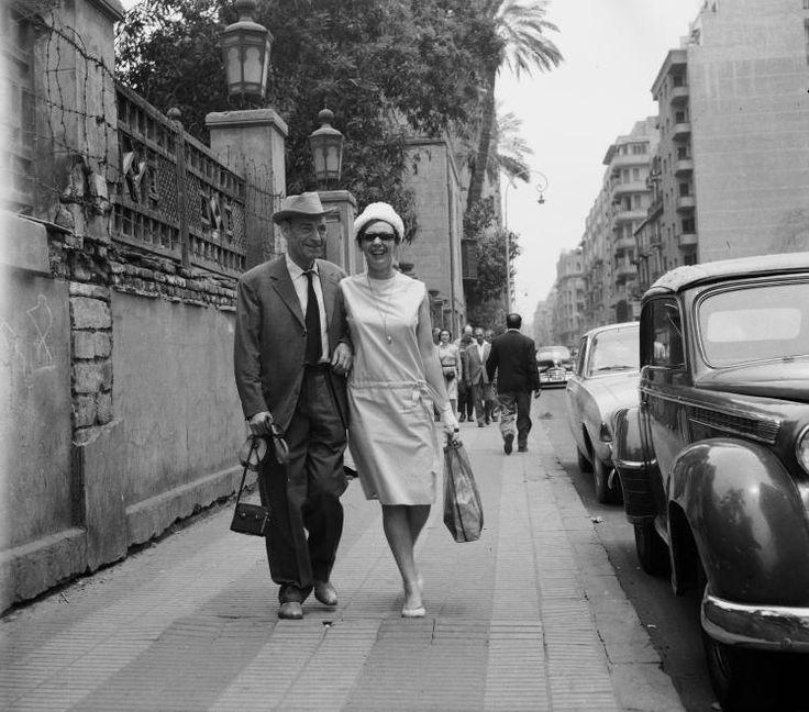 Egyiptom, Kairó, Qasr el-Nil út a Tahrir tér felől nézve. Latabár Kálmán és Psota Irén színművészek. A felvétel az Egyiptomi történet című film forgatásakor készült.