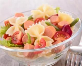 Salade de pâtes aux légumes et aux Knaki® : http://www.fourchette-et-bikini.fr/recettes/recettes-minceur/salade-de-pates-aux-legumes-et-aux-knakir.html