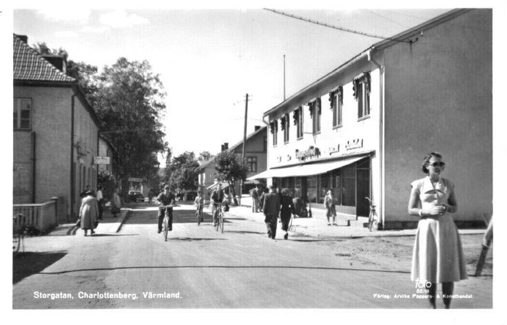 Värmland Eda kommun Charlottenberg Storgatan 1950-talet folkeliv affärer cyklister Utg Arvika Pappers og Konsthandel