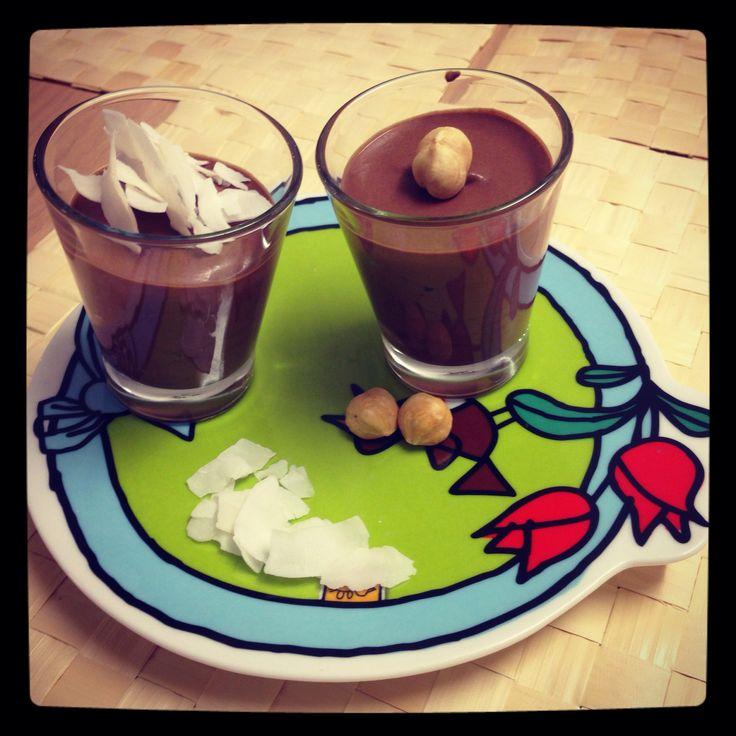 Mousse di cioccolato all'acqua con nocciole e chips di cocco