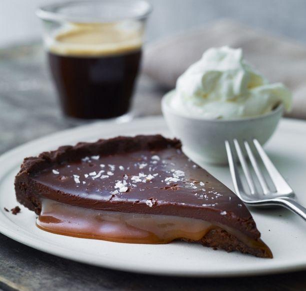 Chokolade suppleret med en smule salt kan fremhæve chokoladesmagen ekstra meget. Få opskriften på den lækreste chokoladetærte med karamel her!