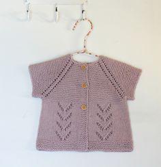 Feminint hulmønster og retstrikning gør lillesøsters nye sommertrøje superfin, og trøjen strikkes i det blødeste garn, der består af 50 % bambus og 50 % bomuld. Trøjen strikkes i et stykke ovenfra og ned, og raglanfaconen gør, at baby kan bruge trøjen længe. Opskriften er i 3 størrelser fra 3/6 måneder til 18/24 måneder. Det lækre garn er fra Cewec.…