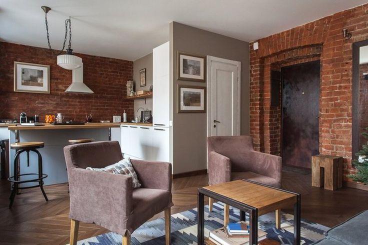 Kibontott téglafalakkal nem csak a nagy, indusztriális stílusban berendezett loftokban találkozhatunk, a csupasz téglafalak újra és újra megtalálják helyüket a kisebb otthonokban is - jelen esetben a képeken látható 40 négyzetméteres, egyszobás stúdiólakásban. A ház 1865-ben épült, a lakás eresetileg kétszobás volt, a tulajdonos úgy döntött, hogy az 5 nagy ablakot kihasználva egy nagyobb, világos térbe helyezi a nappalit, tágas konyhát és a hálót, utóbbit térelválasztóként funkcionáló fa ...