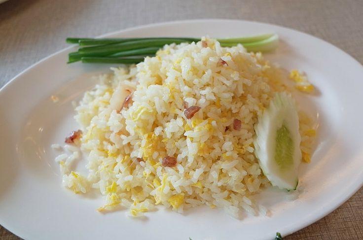 볶음밥  태국의 쌀은 찰기가 없어 흩어지는 스타일 입니다. 이런 스타일 별로 안좋아하시면 찰밥이 있으니 찰밥을 달라고 하면 됨. 해산물이 유명해 새우는 꼭 들어갑니다.