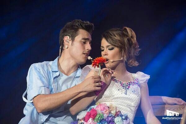 Tini Stoessel y Jorge Blanco en Violetta en Vivo