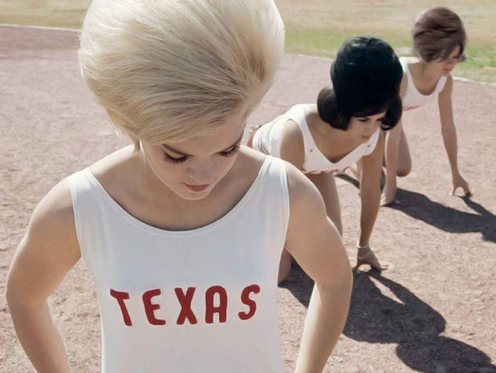 #интересное  Популярные женские прически 60-х годов XX века (17 фото)   Мода на женские прически постоянно меняется и никогда не стоит на месте, а потому на фоне популярных современных причесок многие прически прошлых лет кажутся, мягко говоря, странными. Ярким тому