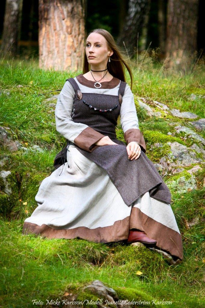 söndagen 2/9 begav jag o min man oss ut till Gunnesgård i Upplands-Väsby. <br/> <br/>Vi drog båda på oss våra vikinga kläder då detta var en vikinga/höst marknad härute o vi skulle dessutom träffa ett flertal av våra vikinga vänner. <br/> <br/>Mina kläder är ganska ny sydda (Jag som sytt dem) o jag behövde bilder till min sysida så min man fick fota mig. <br/> <br/>Tycker att bilderna blev väldigt bra så därför delar jag med mig av dem här. <br/> <br/>Fotat har min man. <br/>Redigerat har…