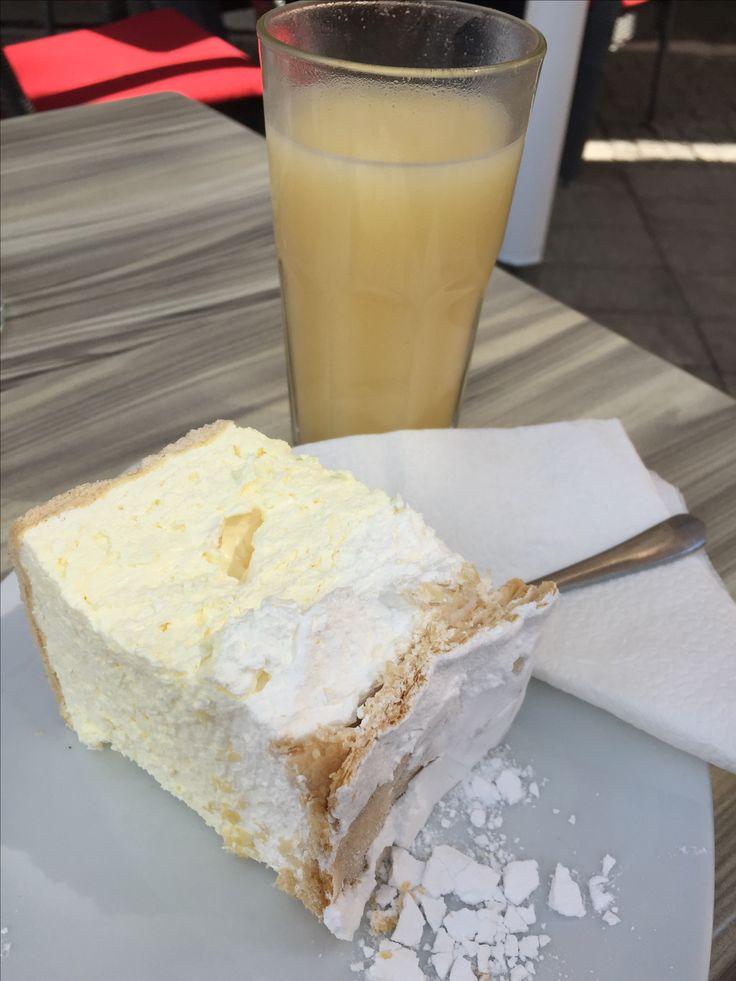 Krempita ( Kuchen) und boza ( maisgetränk-süßlich)  🍰+🍹= 😋   In Serbien