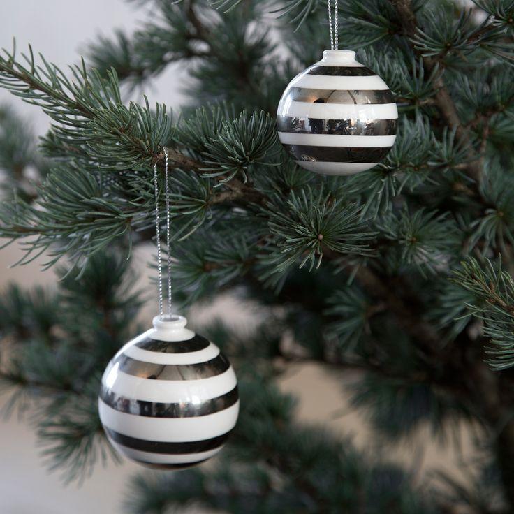 I serien Omaggio Jul fås vaser, lysestager, skåle og julekugler i sølv eller guld.