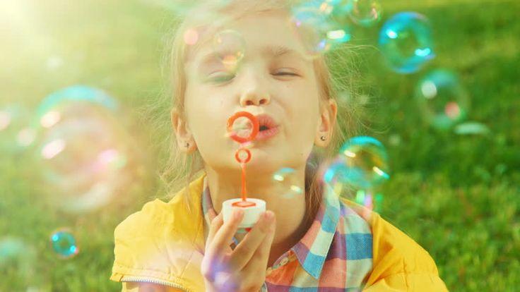 Как интересно провести время с ребёнком? – Сделать мыльные пузыри   Для приготовления мыльных пузырей смешайте 1/4 часть стакана жидкости для мытья посуды и 1/3 стакана воды, можно добавить пищевой краситель.  Возьмите также цветную бумагу и соломинки для коктейля.  Стол застелите газетами и предупредите малыша, чтобы он был осторожным и внимательным.  Покажите сначала сами: окуните соломинку в раствор, поднимите, чтобы образовался пузырек, аккуратно донесите его до листа цветной бумаги и…
