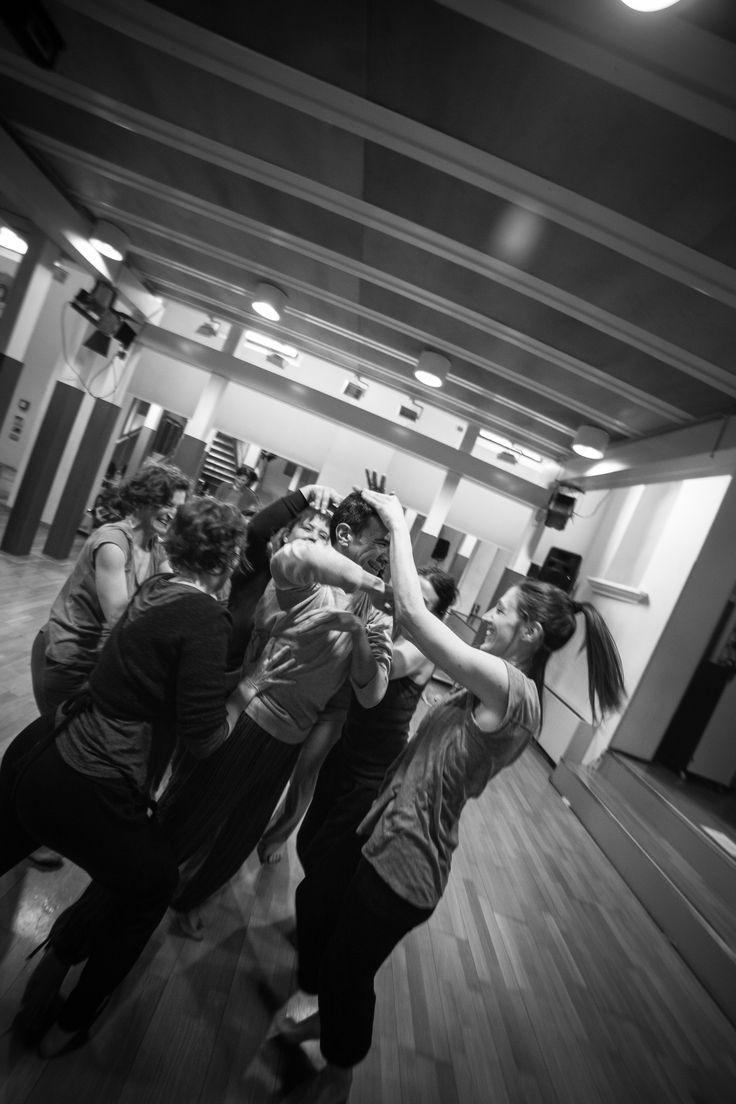 L'abilità del #performer di trasferire l'idea originale alla #danza accade attraverso il #corpo dinamico, l'organizzazione delle sue parti, con gli altri e nello spazio-tempo particolare che gli è concesso. La gestualità che esce dal corpo vibrante mostra tutto a chi guarda. Le gambe sono radicate al suolo con forza, il tronco respira vita, le braccia descrivono un #gesto calligrafico, la #mente guida il tutto.