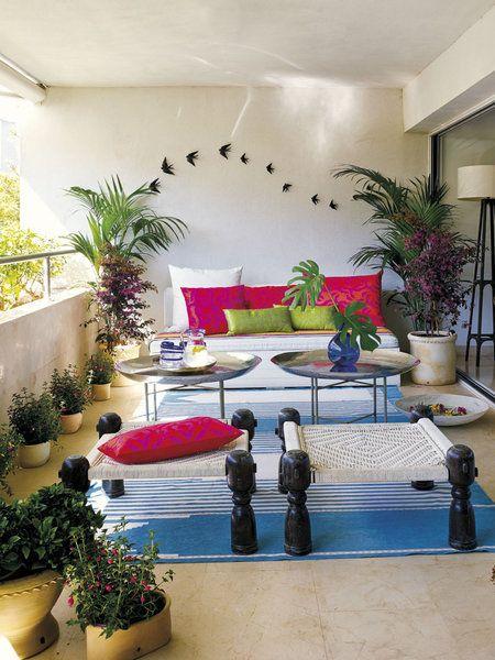 Terraza: Las golondrinas de cerámica de la pared son de Bordallo Pinheiro