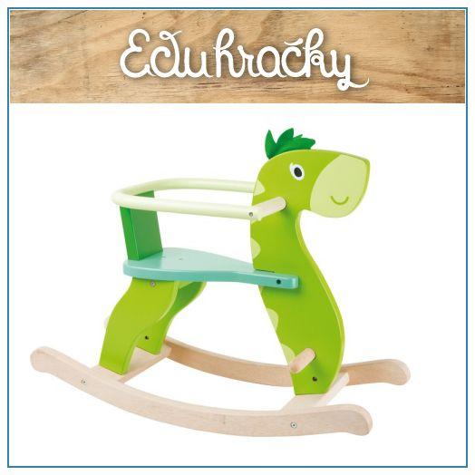 """Drevený hojdací dinosaurus je milou alternatívou ku klasickej hračke """"hojdaciemu koníkovi"""". Húpací dino je vyrobený z robustného dreva a v jasnom zelenom prevedení a aj so zachovaným prirodzeným odtieňom dreva. Na hlave má """"pichliače"""" z textílie, ktoré vaše dieťa nezrania. Pre väčšie deti použijete variantu bez drevenej opierky a pre deti menšie ľahko pripevníte drevenú opierku."""