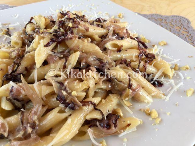 La pasta con radicchio e stracchino è un primo piatto delicato e dal sapore unico. Una ricetta vegetariana di facile esecuzione. Ottima.
