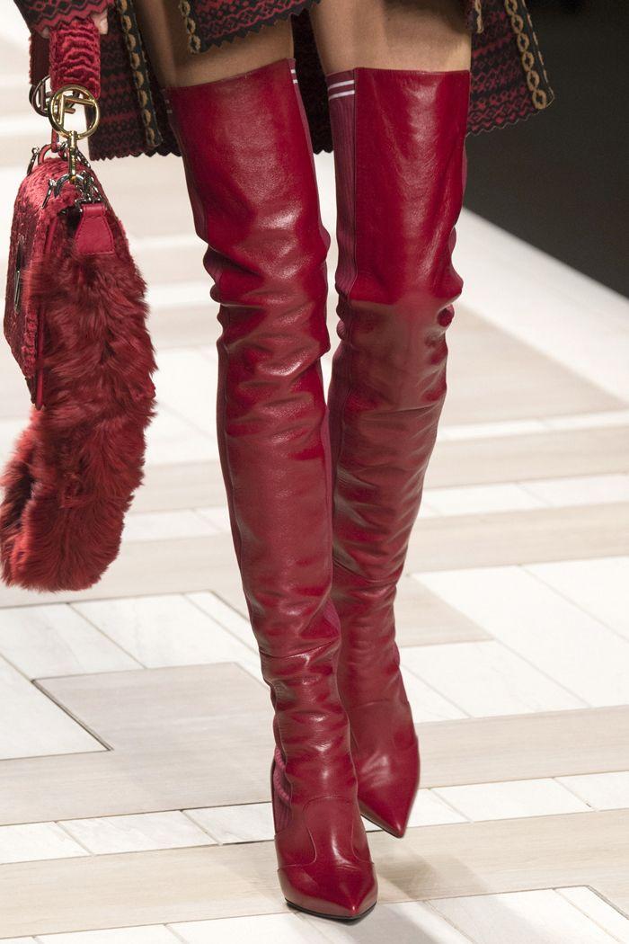 Широкие и узкие, на каблуке и без, обтягивающие и гармошкой — самые модные сапоги осени