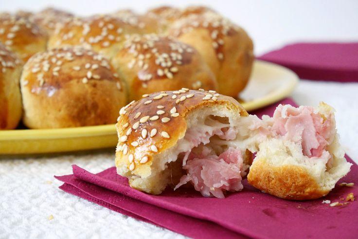 Conoscete il danubio? E' una deliziosa torta di pan brioche, che si può realizzare in versione dolce o salata. Il danubio salato ripieno di prosciutto e fo