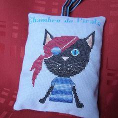 Coussinet de porte avec un chat pirate, brodé pour chambre d'enfant.