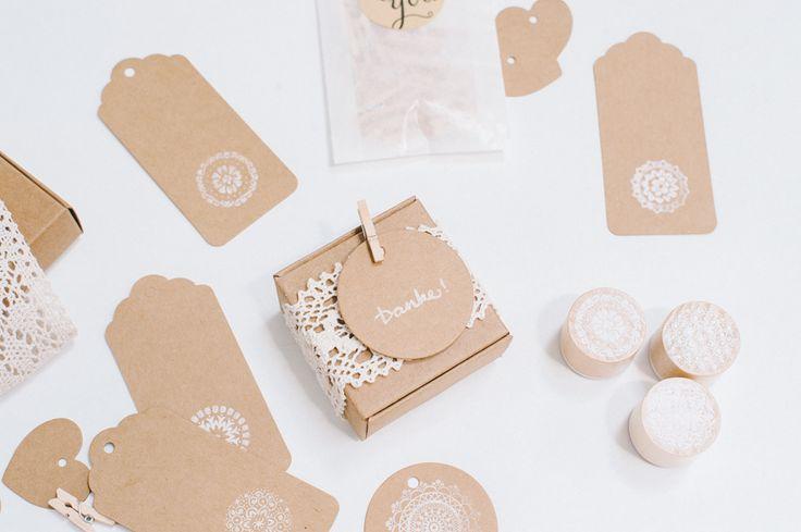 In diese kleine, quadratische Box aus stabilem Kraftpapier Karton passt ein süßer Gruß für die Hochzeitsgäste. Im Nu ist die Schachtel aufgebaut und einsatzbereit, sie wird ungefaltet geliefert. Größe: 62x62mm Grundfläche Höhe: 32mm Farbe: Kraftpapier braun Dekorationsartikel sind im Preis nicht enthalten.