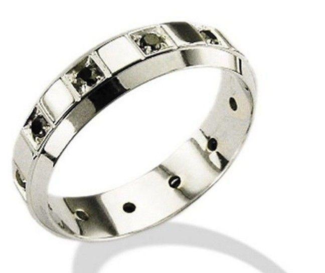 Il fascino dei diamanti neri per gioielli da uomo sempre splendidi ed eleganti, dai più classici anelli ai gemelli più stravaganti: preziosi adatti agli uomini che non rinunciano allo stile.  Anche gli uomini infatti amano i gioielli: non solo orologi e accessori prettamente maschili, ci sono  anelli, collane e bracciali che diventano ancora più affascinanti con i diamanti neri. L'uso di questa particolare pietra dona un tono dark ricco di fascino anche per il gioiello più prezioso. Accanto…