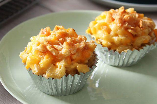 Croyez-le ou non, cette recette est encore plus savoureuse que la recette traditionnelle: on tapisse des moules à muffins de papier d'aluminium, on les remplit de macaroni au fromage et on les garnit... d'encore plus de fromage. À essayer absolument!
