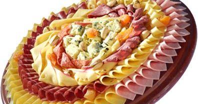 -Você pode optar em montar tábuas de queijos, de frios ou mistas.   - Escolha 3 a 4 variedades de frios com cores diferentes - por exemp...