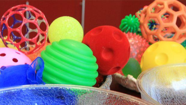 Nous vous proposons un ensemble d'activité autour des balles sensorielles facile à faire à la maison quelque soit son handicap !