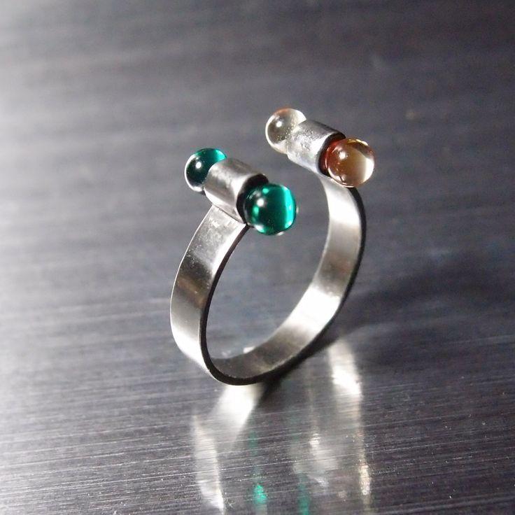 prsten  varianta smaragdová zelená s nažloutlým křišťálem Obroučka je z nerez oceli. Skleněné činky jsou ze skla tvarovaného nad kahanem. rozměry: vnitřní průměr 17 mm = vnitřní obvod 53 mm obroučka není uzavřená tudíž rozměr lze roztažením mirně upravit