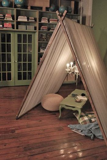 アンティークなシャンデリアを入れたテントは、自分だけの特別な空間。緑のテーブルや本棚で、カフェのような雰囲気に。
