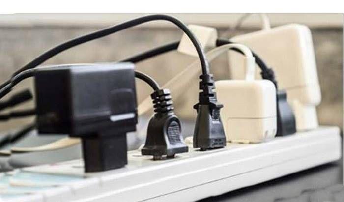 Existem muitos aparelhos eléctricos, mesmo desligados, podem gastar energia se estiverem conectados à tomada? Desconectar os aparelhos da corrente eléctrica ajuda a economizar dinheiro e proteger o meio ambiente. Saiba aqui quais são os dez aparelhos que mais consomem energia quando estão desligados. 1. Computador Hoje muita gente prefere o portátil, mas o computador de …