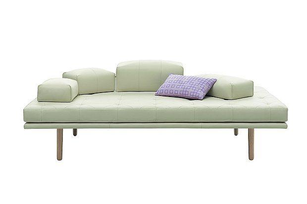 """Nendo dla BoConcept - kolekcja """"fusion"""": minimalistyczna, niemal ascetyczna z wyglądu nowa sofa z kolekcji fusion oferuje coś więcej niż komfortowy wypoczynek. Wygodne, lekkie, proste siedzisko z przeszyciami, poduszki oparcia, które jednym ruchem ręki można dowolnie przesunąć, smukłe, a zarazem solidne nóżki. Cena: od 7690 zł"""