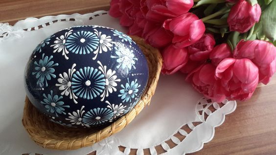 Velikonoční+kraslice+-+modré+pštrosí+Pštrosí+vejce+barvené+akrylovou+barvou.+Je+malované+modrým+a+bílým+voskem.+Výška+pštrosího+vejce+je+cca+15cm.: