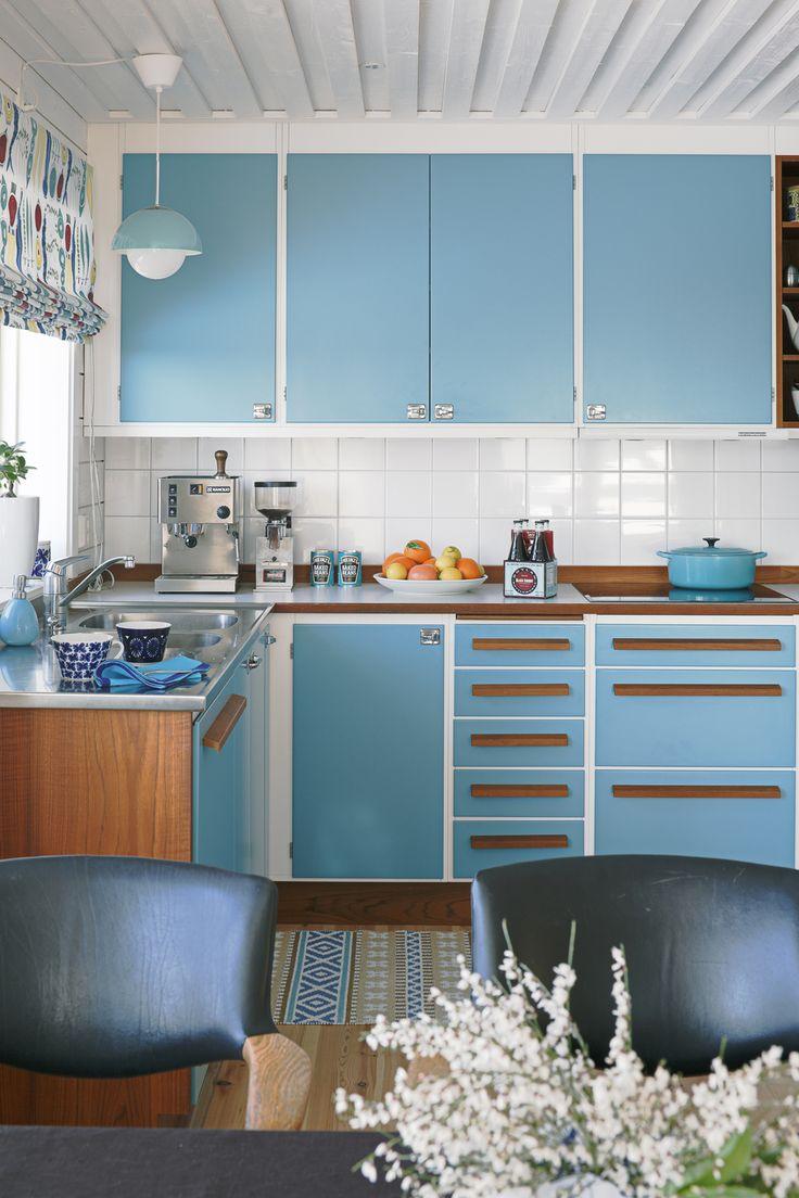Köket är en variant av köksmodellen Lobo från Lundins kök i Hestra. Raka handtag i teak och luckor i blå kulör.