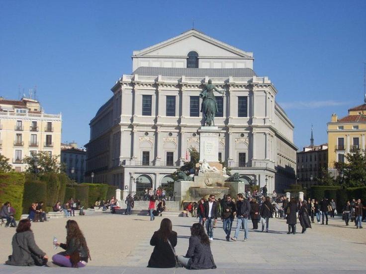 Plaza Espana Meydanı modern binalarla çevirili. Ortada dev bir dikilitaş ve Cervantes heykeli var. Plaza Espana'nın çok yakının da bulunan kraliyet sarayı olan Palacio Real'i görmeye gidiyoruz... Daha fazla bilgi ve fotoğraf için; http://www.geziyorum.net/madrid-gezisi/