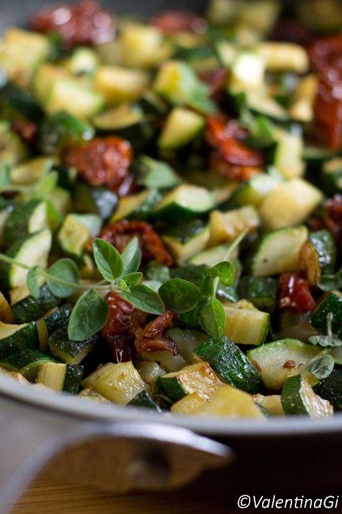 Zucchine, pomodori secchi e origano fresco  una ricetta facile e veloce dai tanti colori. Clicca per leggere il procedimento e condividi se ti piace