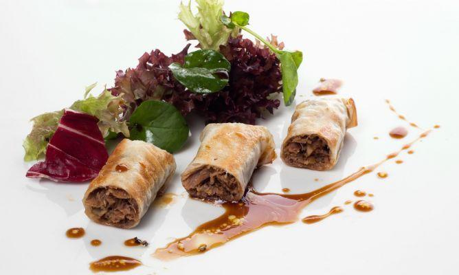 """Receta de rabo de toro """"tradicional"""", rulos de pasta filo rellenos de rabo, champiñones y cebolla, acompañado de una vinagreta de soja, de Enrique Fleischmann."""