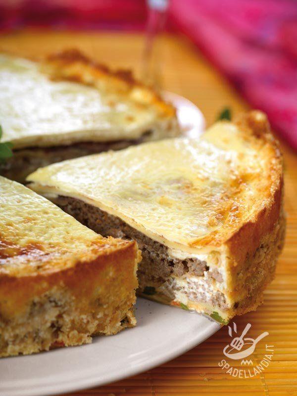 Savory pie with sausage and stracchino - Ecco una torta rustica molto amata. Tipica della tradizione montanara, è un piatto unico se accompagnata con un buon contorno di verdure di stagione. #tortasalataconsalsiccia #tortasalataconstracchino