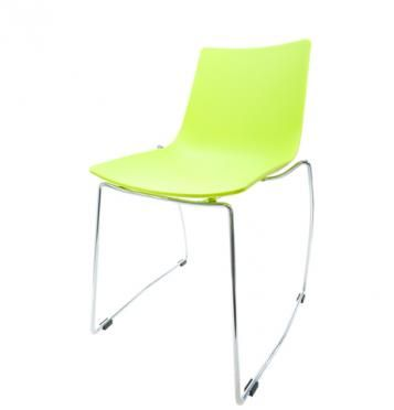 Elegantní plastová židle v zelené barvě na kovových nohách.   Pokud toužíte po nadčasovém interiéru, jsou pro Vás plastové křesílka to pravé. Velmi oblíbený design 50. let příjemně oživí Váš domov a navíc už nebudete chtít sedět na ničem jiném.  Tyto křesíkla můžete kombinovat s ostatními židlemi v různých barvách. Jsou vhodné jak k jídelnímu stolu tak například ke čtení nebo do chodby, kde je bude každý obdivovat.