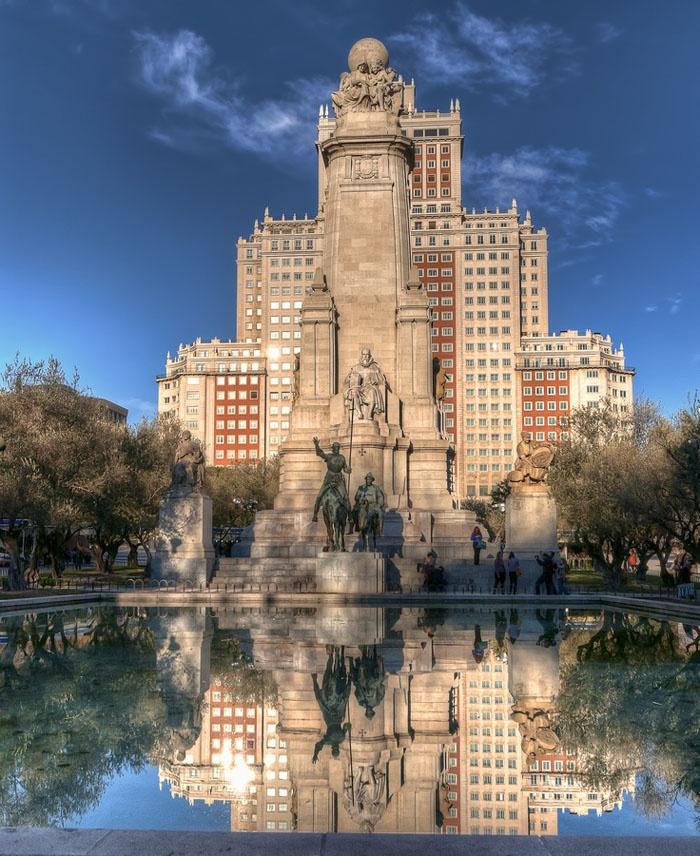 Plaza de España, Madrid. Estatuas de Don Quijote y Sancho Panza. Estatua de Miguel de Cervantes Saavedra.