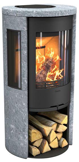 ontura 556T med gjutjärnslucka är en täljstenskamin med stora sidoljus som visar mycket av elden.