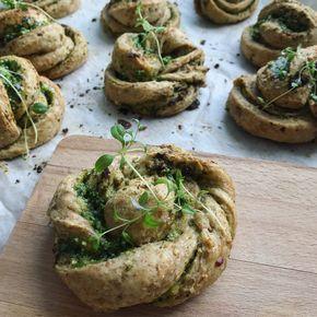 Pesto snurrer - hjemmebagte sprøde fuldkorns snurrer. Gode i madpakken, til suppe og som lækkert tilbehør til middagen. Find mange bageopskrifter.