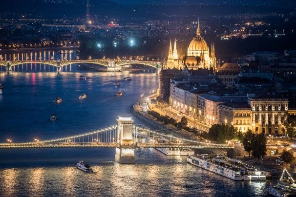 Americans' experiences at Budapest. Night life, ruin pubs, thermal bath, cat cafe, delicious food and splendid view. And the result? Inevitable fall in love