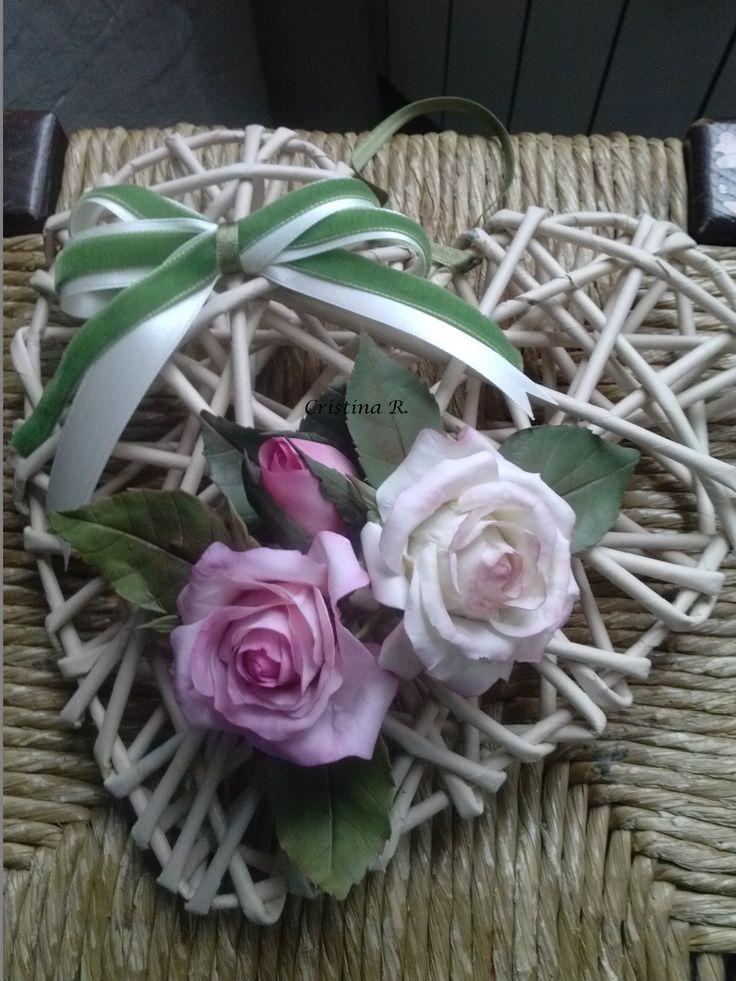 cuore di carta con rose in porcellana fredda