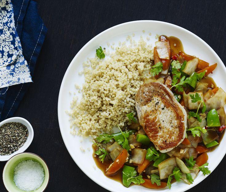 Vil du servere aftensmad med få kalorier, er denne ret med svinekoteletter og grøntsager i sursød sauce et godt bud. Læs med her!