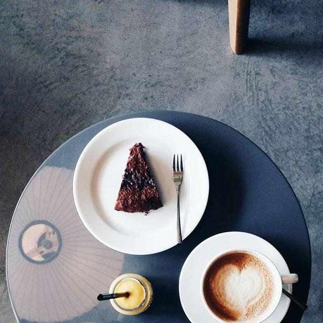 Poranki 💛 #blossomcafe #krk #krakow #interiordesign #coffee #smoothie #brownie #cracowbreakfastspots