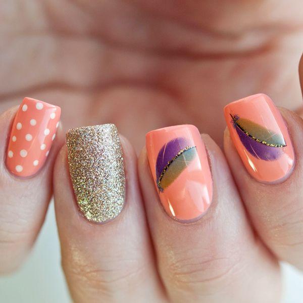uñas de color naranja con dorado y diseños con plumas