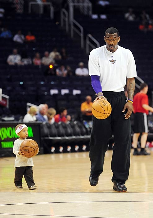 Stoudemire and his son warm up before a 2009 Suns game