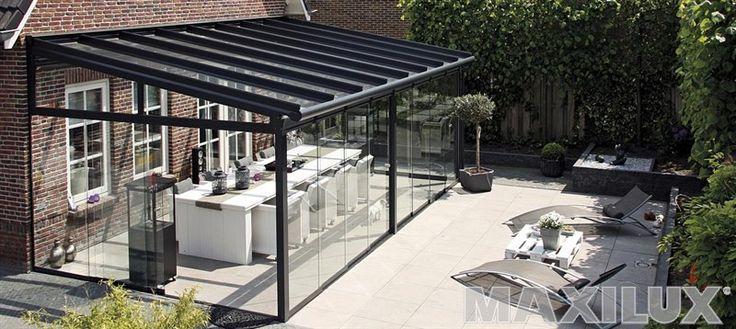 Hliníkové zastřešení terasy včetně bočních skleněných posuvů a integrované markýzy